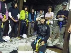 桂小場宿舎での馬目講師による登山道具の解説