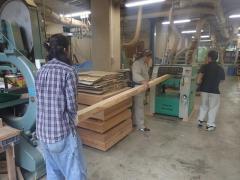 自動カンナ盤を使った木材切削作業