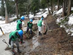 用水路の整備(上流には残雪が:雪で泥に埋もれた水路を毎年復旧しなければならない)