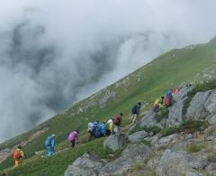 稜線を登る参加者