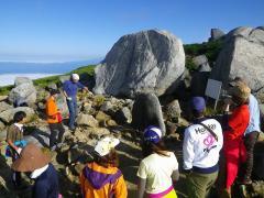 遭難の碑を見学し、山の危険や安全確保の重要性を確認