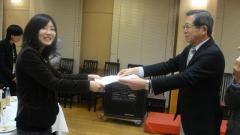 今村日本環境動物昆虫学会長から   表彰を受ける尾﨑さん