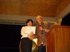 授賞式の様子(大会会長Dr.Shahidiから賞状の授与)
