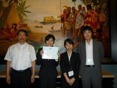 左から、中村教授、久志本さん、1人おいて片山助教
