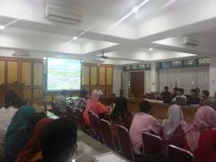 森林学部の講堂で約70人の大学院生と教員に講演