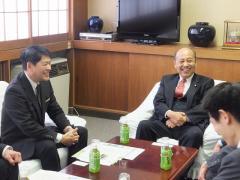 農学部長と歓談される二之湯総務副大臣1