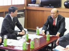農学部長と歓談される二之湯総務副大臣2