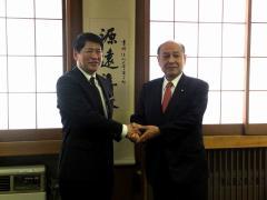 農学部長と握手を交わす二之湯総務副大臣