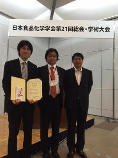 写真:左から片山茂准教授,穐山浩学会長,中村宗一郎教授