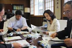 資料を手に中村学部長の説明を熱心に聴かれる中島副知事