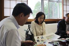 中島長野県副知事(中央)に説明する、中村農学部長(左)