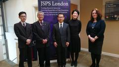 (独)日本学術振興会ロンドンセンター訪問の様子(鏡味教授(中央)、竹安センター長(左2二人目)、大萱副センター長(右二人目)、他センター関係者の皆さん)