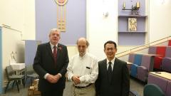 講演後ケンブリッジ大学国際交流担当(左)、Stern教授(中央)、鏡味教授(右)