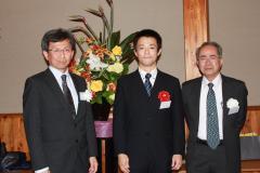 写真左から:丹下健・農学会常務理事,下里剛士 准教授,長澤寛道・農学会会長