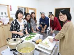 野辺山ステーションにて本学生と食事の準備