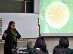 バングラデシュの教育制度を説明するシャイリーンさん