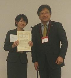 受賞された西村佳さん(左)(右は小野珠乙日本家禽学会長(本学学術研究院農学系教授))
