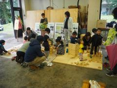 伊那谷間伐材利用のKEESブロックで遊ぶコーナーの様子