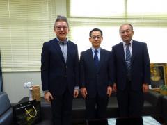 スラナリ工科大学Neung学部長(左)と鏡味教授(中央)、米倉准教授(右)