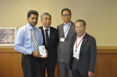 伊澤和男会長ほか伊那中央ロータリークラブのみなさまとサンギート・ラトナヤカさん