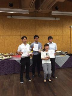 受賞者による記念撮影の様子。一番左が東孝明さん。