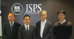 写真左から、米倉准教授、鏡味教授、平田所長、藤野副所長