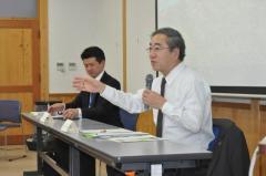 学生たちからの質問に応じる白鳥孝伊那市長