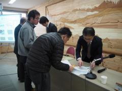報告会終了後、記者からの質問に答える加藤教授と竹中さん