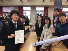齋藤智寛さん(受賞者、左端)と祝福する研究室の仲間たち