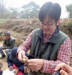 トウガラシ遺伝資源調査中の松島准教授