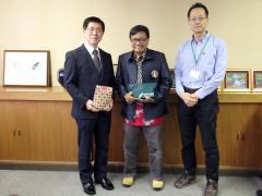 左:藤田農学部長 中央:Dr. EKO WIDODO  右:浜野国際農学教育研究副センター長