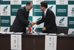 握手を交わす張院長と藤田学部長