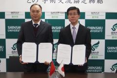 調印後の張院長(左)と藤田学部長(右)