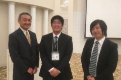 左から指導教員の鈴木純准教授、受賞した横山空生さん、嶺村陸人さん