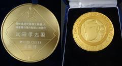 授与されたメダルの表裏(裏は木材学会シンボル)