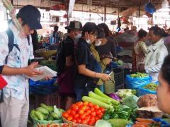 カトマンズの野菜市場で調査をする参加学生