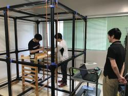 帝京大理工学部航空宇宙工学科の河村先生と衛星班学生2名の実験風景