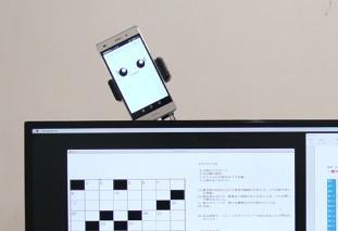 ソーシャルグルーミングを用いた情報通知エージェント。 ディスプレイの裏からスマートフォンが動いて姿を表すことで情報を通知。