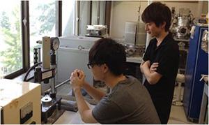 圧電セラミックスの作製。このプレス機を使って、粉末をペレット状に成型し、1000℃以上で焼成することでセラミックスが得られる