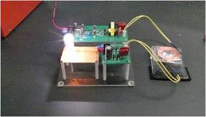 非接触で電球が点灯。二つのコイルを用いており、コイル間の距離を変えると電球の光が強弱する