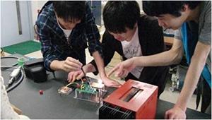 比接触給電を用いれば、充電コードが不要になる。医療現場や災害現場などに用いるロボットの充電のワイヤレス化に役立つ