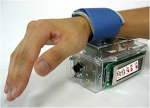 言語障がい者の会話を支援するウェアラブルな会話エイドシステムの試作機(指先の動きでカーソルを移動し、音声を出力する)