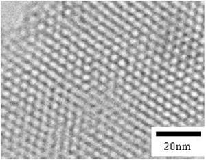 界面活性剤の自己組織化を利用したメソポーラスシリカ薄膜の電子顕微鏡写真。約4nmの細孔がハニカム状に規則的に配列