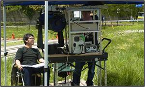 生活・自然環境情報センシングシステム・LIFSライダー:空中スギ花粉、粉塵、諏訪湖水質、植物生育の遠隔情報センシングに使用中 ;工学部キャンパス(上)、長野県諏訪湖(下)での実験の様子