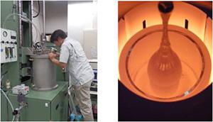 左:引き上げ法結晶育成装置による実験中の写真。覗き窓から炉内を観察している。右:ゲルマニウム単結晶育成中の炉内の様子