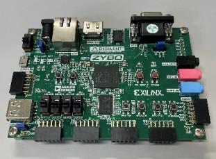 Xilinx社のFPGAを搭載するボード(ZYBO)。このような機材で設計した回路を動作させて実験、評価を行う