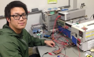 GaNパワーデバイスDC-DCコンバータの特性評価を行っている大学院学生