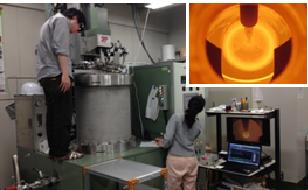 左:引き上げ法結晶育成装置による実験中の写真。覗き窓から炉内を観察している。右上:シリコンゲルマニウム単結晶育成中の炉内の様子
