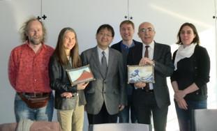 INRIAとの学術交流協定締結(右から二人目:INRIA総所長、左端:仏研究グループ代表Marc Schoenauer博士、左から三人目:田中教授)