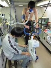 <スポーツ医科学>人工気象室での体力測定の様子